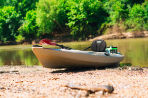 How to tie a kayak to roof racks. Kayak on shore.